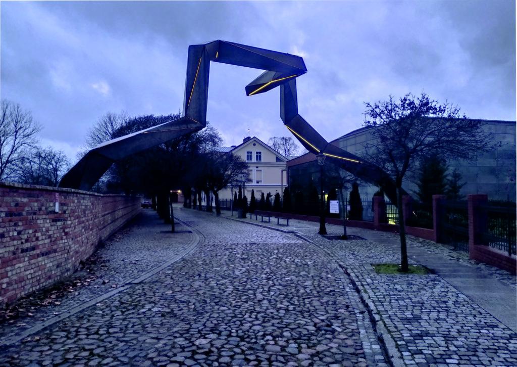 Realizacja instalacji przestrzennej w historycznej części Ostrowa Tumskiego w Poznaniu